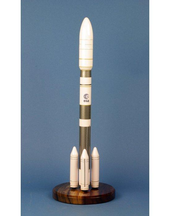 Maquette fusée Ariane 6.4 en bois